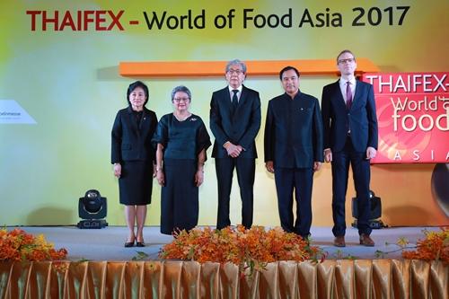 ดร.สมคิด จาตุศรีพิทักษ์ (กลาง) รองนายกรัฐมนตรี ให้เกียรติเป็นประธานเปิดงาน THAIFEX - World of Food Asia 2017 สุดยอดงานแสดงสินค้าอาหารระดับนานาชาติ โดยมีนางอภิรดี ตันตราภรณ์ (ที่ 2 จากซ้าย) รัฐมนตรีว่าการกระทรวงพาณิชย์ นางมาลี โชคล้ำเลิศ (ซ้าย) อธิบดีกรมส่งเสริมการค้าระหว่างประเทศ นายกลินท์ สารสิน (ที่ 2 จากขวา) ประธานกรรมการหอการค้าไทยและสภาหอการค้าแห่งประเทศไทย และนายมาเธียส คุปเปอร์ (ขวา) กรรมการผู้จัดการ บริษัท โคโลญเมสเซ่ จำกัด ในฐานะผู้จัดงาน ร่วมให้การต้อนรับ ณ ศูนย์แสดงสินค้าและการประชุมอิมแพ็ค เมืองทองธานี