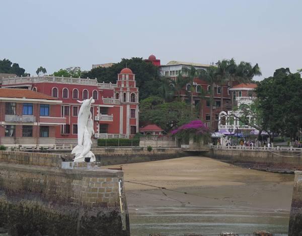 ตึกอาคารเก่าแก่จากยุคอาณานิคมบนเกาะกู่ล่างอี่ว์ ได้รับการอนุรักษ์ไว้ ดั่งอนุสาวรีย์การเปลี่ยนแปลงทางประวัติศาสตร์แต่ละยุคของดินแดน และประวัติศาสตร์จีน (ภาพ MGR ONLINE)