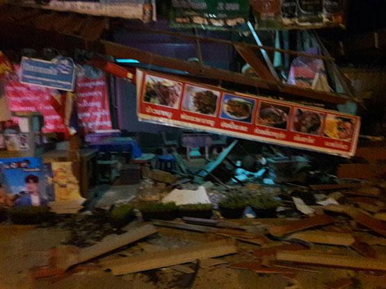 เก๋งเสียหลักพุ่งชนร้านข้าวขาหมู คนขับเจ็บติดภายในเจ้าของร้านช่วยดึงร่างรอดชีวิต