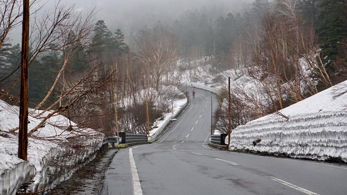 ถนนขึ้น-ลงเขา ที่มีกำแพงหิมะทอดยาว(ภาพ : บี bkkwheels)