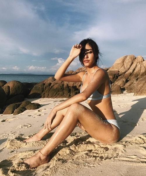 """Hot! กว่าทะเลพูดเลย!! """"ยิปซี"""" สวมบิกินี่อวดหุ่นเผ็ด นอนอาบแดดแซบริมหาด"""