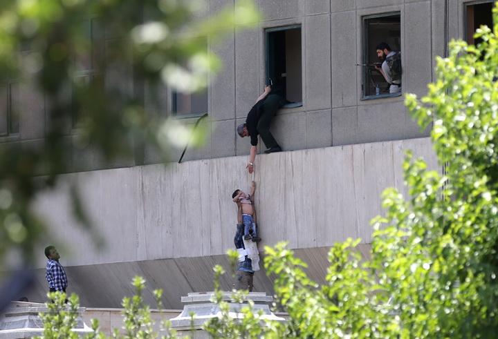 """IS รับเป็นผู้โจมตีนครหลวงอิหร่าน บุก """"รัฐสภา-สุสานโคไมนี"""" ตาย 12"""
