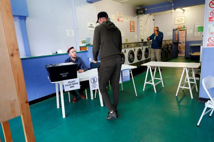 ชาวอังกฤษ ทยอยเข้าคูหาเลือกตั้งพร้อมกับสามี เพื่อลงคะแนนในศึกเลือกตั้งทั่วไปเมื่อวันพฤหัสบดี(8มิ.ย.)