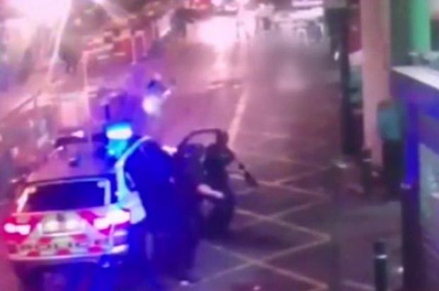 สื่อเผยวิดีโอระทึก! วินาทีตำรวจรัวกระสุนปลิดชีพก่อการร้ายขณะโจมตีผู้คนในลอนดอน (ชมคลิป)