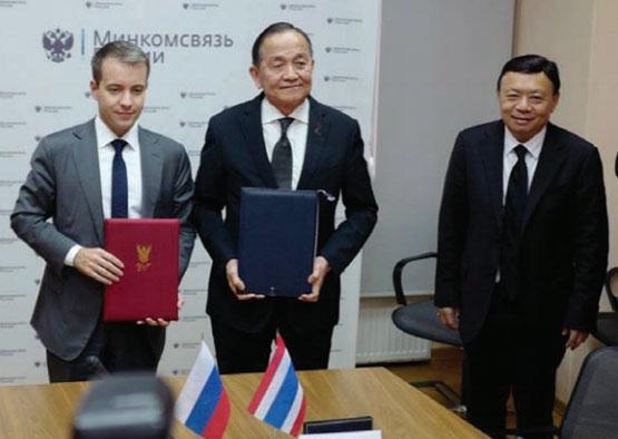 พล.อ.อ.ธเรศ ปุณศรี (คนกลาง) ประธาน กสทช. ลงนามความร่วมมือกับกระทรวงโทรคมนาคมและการสื่อสารมวลชนสหพันธรัฐรัสเซีย ในการพัฒนาแพลตฟอร์มสังคมออนไลน์ให้กับประเทศไทย โดยมี ฐากร ตัณฑสิทธิ์ (คนขวา) เลขาธิการ กสทช. ร่วมเป็นสักขีพยาน ณ กรุงมอสโก สหพันธรัฐรัสเซีย เมื่อวันที่ 30 พ.ค.60
