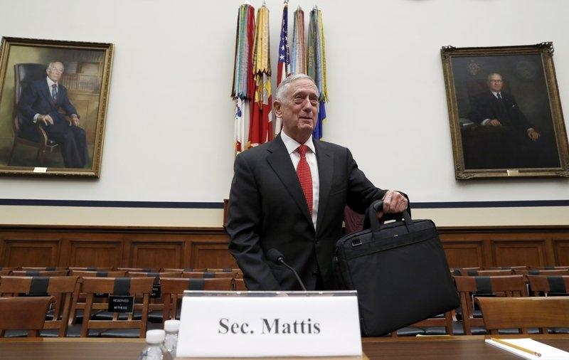 """<i>รัฐมนตรีกลาโหมสหรัฐฯ จิม แมตทิส ขณะเดินทางมาให้ปากคำต่อคณะกรรมาธิการการทหารของสภาผู้แทนราษฎรสหรัฐฯเมื่อวันจันทร์ (12 มิ.ย.) ซึ่งเขากล่าวว่า รู้สึก """"ช็อก"""" ต่อภาวะความพร้อมรบของกองทัพอเมริกันในเวลานี้ </i>"""