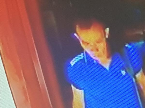 แสบ !  2 ไอ้ตี๋ริเป็นโจรใช้เชือกทากาวดึงเงินในตู้บริจาควัดชาวบ้านไล่จับตกบันไดนาคขาหักอีกคนหนีรอด