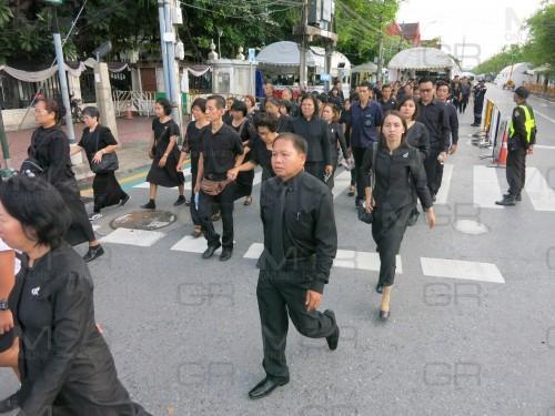 พสกนิกรทั่วสารทิศเดินทางมาร่วมกราบพระบรมศพ ร.๙ อย่างต่อเนื่อง