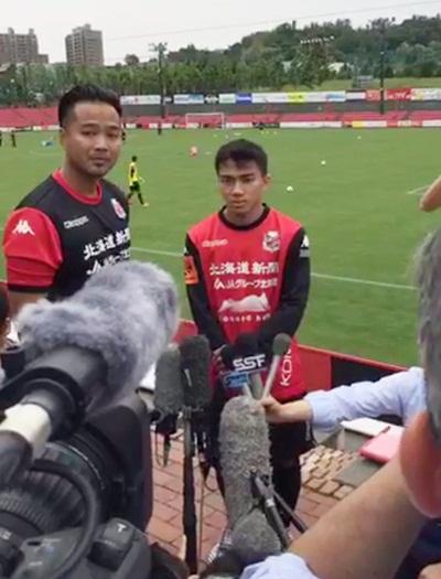 ชนาธิป ระหว่างการให้สัมภาษณ์กับสื่อญี่ปุ่น