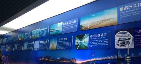 อู่ฮั่น นครแห่งแม่น้ำ มีสะพานข้ามแม่น้ำแยงซีเกียงเกือบ 20 แห่ง โครงการก่อสร้างล่าสุด คืออุโมงค์ลอดใต้น้ำแยงซีเกียงถนนซันหยาง (Sanyang Road Yangtze River Tunnel-ภาพล่าง ซ้ายสุด) เริ่มสร้างมาตั้งแต่ปี 2014 และคาดว่าแล้วเสร็จในปี 2017 นี้  แบบอุโมงค์ 2 ชั้น ความยาว 4,650 เมตร เส้นผ่าศูนย์กลาง 15.2 เมตร ชั้นบนเป็นถนน ชั้นล่างเป็นทางรถไฟใต้ดิน (ภาพ MGR ONLINE)