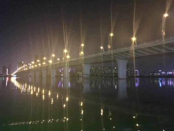 ภาพวิวยามค่ำคืนในนครอู่ฮั่น สะพายข้ามแยงซีเกียง (ภาพ MGR ONLINE)