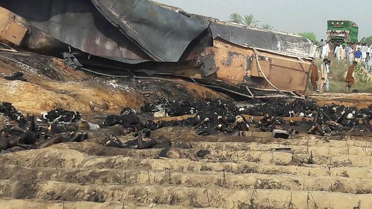 ตายแล้วกว่า 150 เหตุไฟลุกท่วมชาวบ้านปากีฯ รุมตักน้ำมันจากรถบรรทุกที่พลิกคว่ำ
