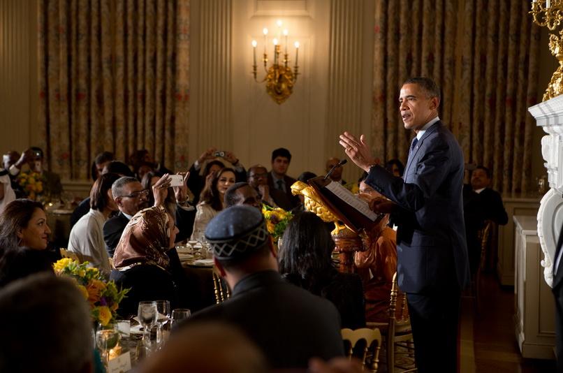 ประธานาธิบดี บารัค โอบามา ขึ้นกล่าวสุนทรพจน์ในงานเลี้ยงละศีลอดที่ทำเนียบขาว เมื่อวันที่ 10 ส.ค. ปี 2012 (แฟ้มภาพ)