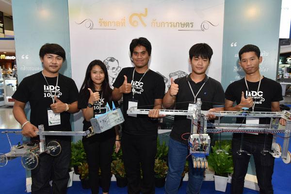 ทีมหญ้าแฝก ผู้ชนะรางวัล Best Design Award