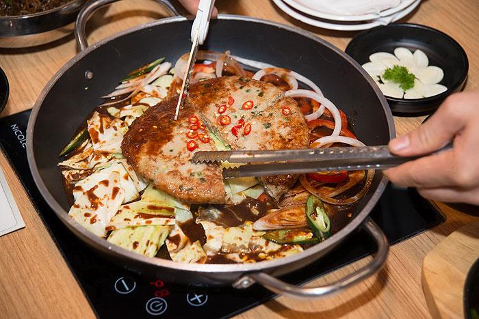 ไก่ผัดชีสกระทะร้อนสไตล์เมืองชูชอน