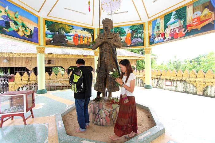 เดินวน 9 รอบ อธิษฐานขอพร รูปปั้นของพระเจ้าบุเรงนอง วัดเกามุดอร์