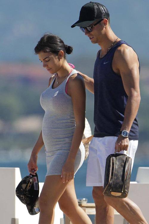 โรนัลโด้ ประคบประหงมแฟนสาวที่ตั้งท้องลูกแฝด