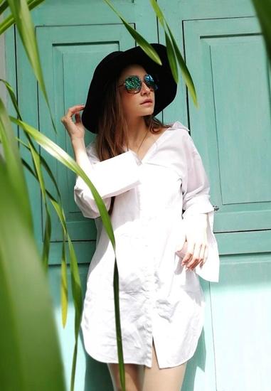 เบสิคสุดๆ ในชุดเสื้อเชิ้ตสีขาวและหมวกปีกกว้างในวันเที่ยวแบบสบายๆ