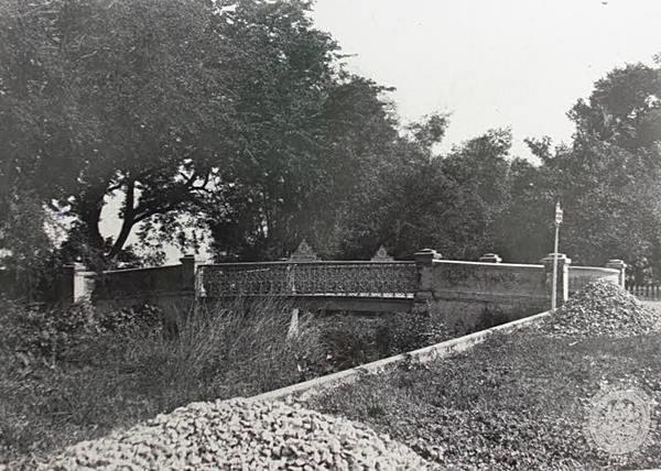 สะพานเฉลิมเผ่า ๕๒ ข้ามคลองอรชร ระหว่างสยามพารากอนกับวัดปทุมวนารามในปัจจุบัน