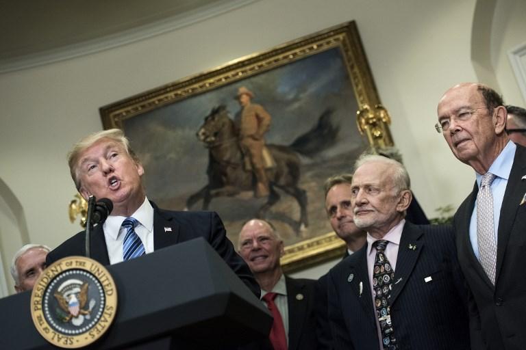สีหน้าคุณปู่อัลดรินเหมือนต้องทนฟัง  (Brendan Smialowski / AFP)