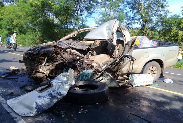 เละเป็นซาก! ปิกอัพขนต่างด้าวกัมพูชากลับประเทศ พุ่งเสยท้ายรถพ่วง เจ็บ 5 คนขับเผ่นหนี (ชมคลิป)
