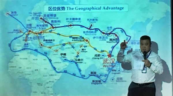 นาย หวัง ลี่จวิน ผู้จัดการบริษัท WAE  ได้มาแนะนำเส้นทาง ฮั่นซินโอว และฮั่นหมั่นโอว ที่นำสินค้าจากจีนไปยังเมืองต่างๆในยุโรป (ภาพ MGR ONLINE)