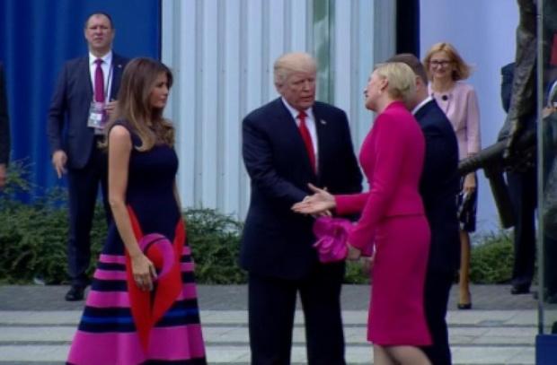 """ดูชัดๆ! """"ทรัมป์"""" หน้าเสีย เมียประธานาธิบดีโปแลนด์ข้ามไม่จับมือด้วย (ชมคลิป)"""