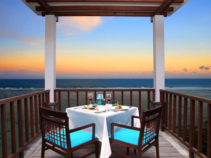 มื้อค่ำแสนโรแมนติกริมชายหาด Samabe Bali Suites & Villas