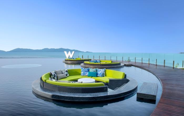ดาดฟ้าขนาดใหญ่พร้อมสระว่ายน้ำที่ W Retreat Koh Samui