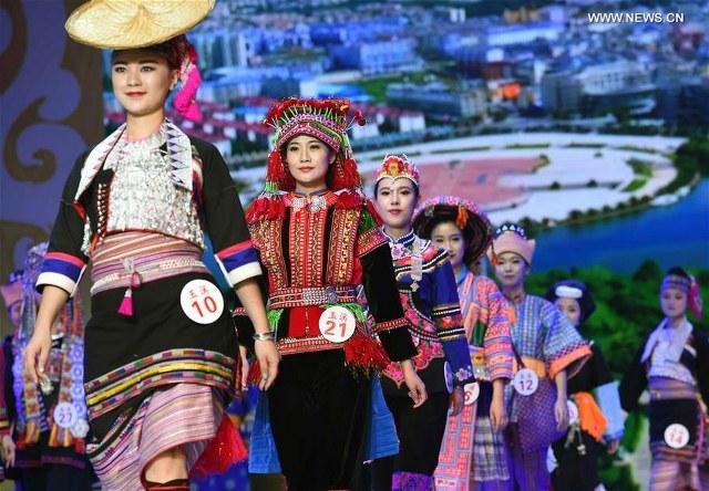 ชมภาพ สาวสวยชาวจีนในชุดแต่งกายประจำเผ่าในหยุนหนาน