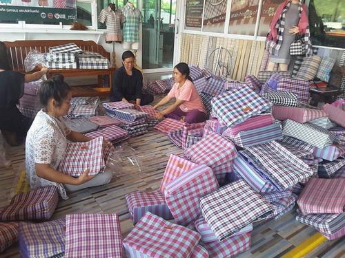 ชาวบ้านเร่งมือผลิตกระเป๋าตามออเดอร์
