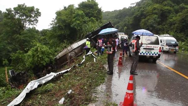 หวิดสลด รถพ่วงหักหลบเก๋งฝ่าฝนแซงกินเลน พุ่งตกเหวเจ็บ 2