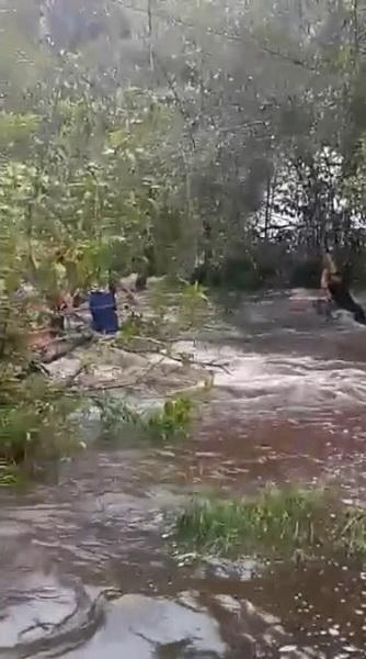 เหตุการณ์ขณะนักท่องเที่ยวกำลังข้ามน้ำตก ไปยังอีกฝั่งทางออกที่ปลอดภัย
