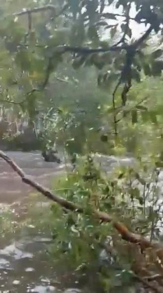 นักท่องเที่ยวรายหนึ่ง พลัดตกไหลไปตามกระแสน้ำ