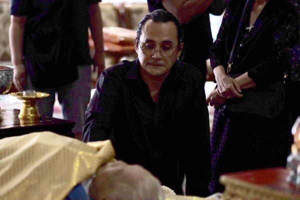 """""""ตั้ว ศรัณยู"""" ซึ้งน้ำใจคนร่วมงานสวดพระอภิธรรมมารดา พร้อมเชิญร่วมพิธีพระราชทานเพลิงศพ 6 ส.ค.นี้"""