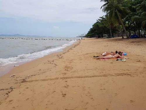 อยู่ไม่ไหว! ร่ม-เตียงหาดจอมเทียน ทยอยปิดบริการหลังน้ำทะเลขุ่น ขยะเกลื่อน