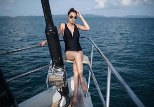 """บุญตาของหนุ่มไทย!! """"เบนซ์ ปุณยาพร"""" สลัดผ้า สวมชุดว่ายน้ำสุดเซ็กซี่เที่ยวทะเล"""