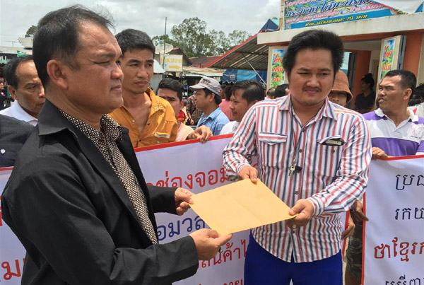 พ่อค้าแม่ค้าชาวกัมพูชา ยื่นหนังสือขอความเป็นธรรมผ่าน นายพัฒนา ชื่นยงค์ ผู้จัดการอาวุโสตลาดการค้าชายแดนช่องจอม