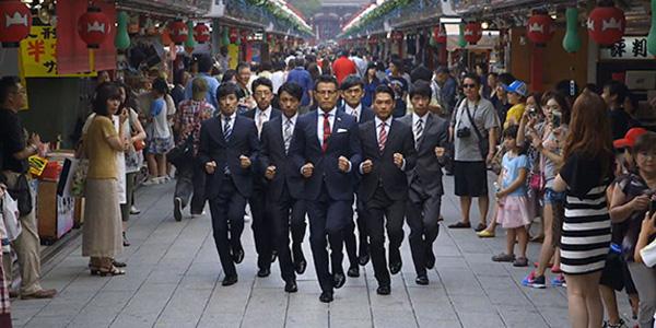 วง World Order ของญี่ปุ่นที่ขึ้นชื่อในเรื่องของท่าเต้นเลียนแบบหุ่นยนต์ ซึ่งมีความพร้อมเพรียงอย่างเหลือเชื่อ