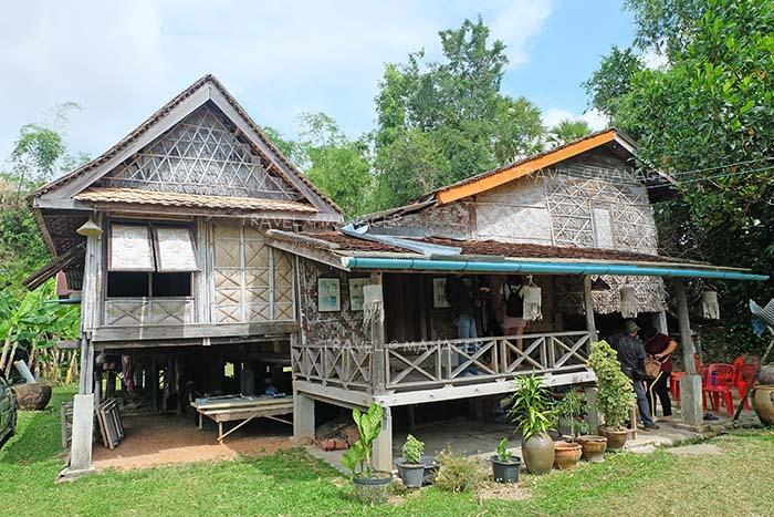 บ้านใบตาล ที่มีอายุมากกว่า 100 ปี