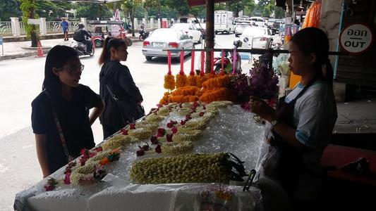 """ยอดขายมาลัยดอกมะลิ """"วันแม่"""" เชียงใหม่ยังซบเซา เหตุแพงขึ้นพวงละ 10 บาท-รอลุ้นคึกคักขึ้น"""