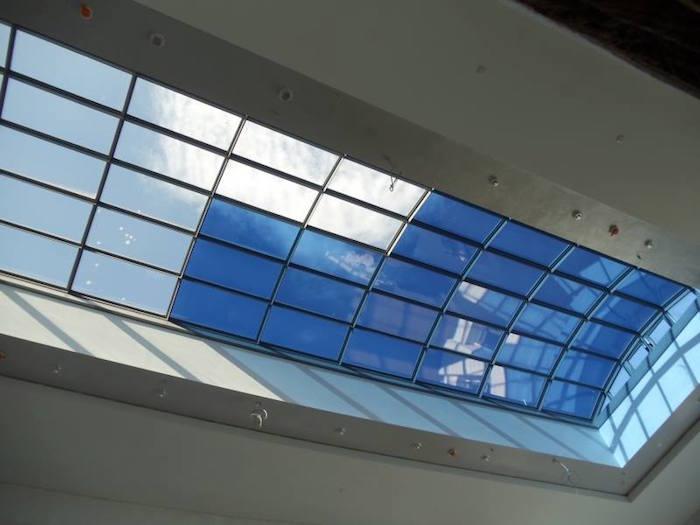 กระจกนี้ถูกประยุกต์กับอาคารประหยัดพลังงาน เพราะสามารถเพราะสามารถกั้นความร้อนจากแสงอาทิตย์ได้ดี