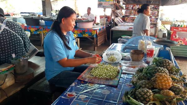 ตลาดอุทัยคึกคัก! แม่ค้าร้อยดอกมะลิขายแทบไม่ทันต้องจ้างคนงานเพิ่ม