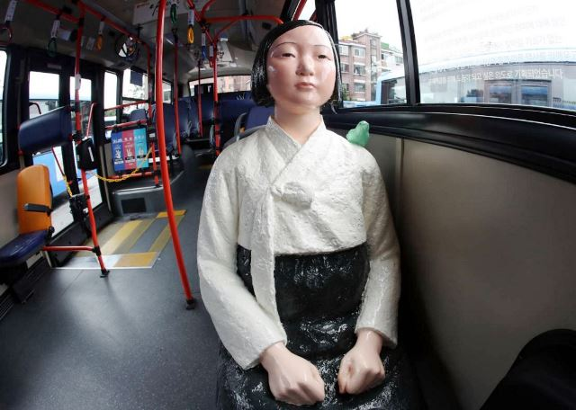 """ญี่ปุ่นสุดกริ้วเกาหลีนำรูปปั้น """"ทาสกามสงครามโลก"""" ขึ้นรถเมล์ ประจานประวัติศาสตร์"""