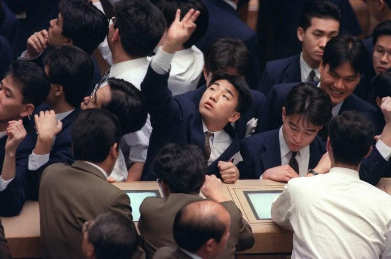 <i>ภาพจากแฟ้มถ่ายเมื่อวันที่ 20 พ.ย.1991 แสดงให้เห็นสภาพการซื้อขายของดีลเลอร์ในตลาดหลักทรัพย์โตเกียวเวลานั้น  ทั้งนี้จากสภาพที่ประเทศจีนเวลานี้ ราคาอสังหาริมทรัพย์พุ่งสูง ขณะที่ภาระหนี้สินหนักหน่วงขึ้นทุกที   นักธุรกิจใหญ่พร้อมควักกระเป๋าไม่อั้นเพื่อซื้องานศิลปะ  ทำให้หลายฝ่ายวิตกกังวลและนำไปเปรียบเทียบกับสภาพของญี่ปุ่นช่วงก่อนทศวรรษ 1990 </i>