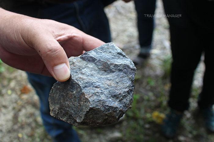 ก้อนแร่ตะกั่ว มีน้ำหนักมากกว่าหินปกติ