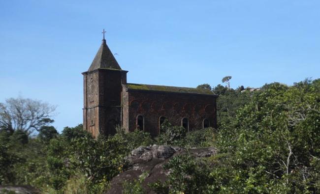 """""""โบสถ์คาทอลิก"""" (Old Catholic Church) โบสถ์เก่าแก่ที่สร้างขึ้นโดยชาวฝรั่งเศสในสมัยที่เข้ามาขยายอาณานิคมในกัมพูชา"""