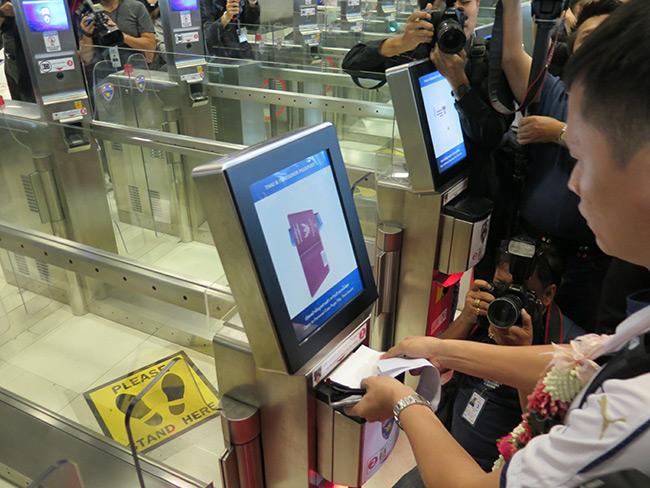 """ตม.ไทยจะไป 4.0 เปิดช่องอัตโนมัติ แก้คนล้นสนามบิน ให้สิทธิ """"สิงคโปร์"""" ชาติแรก"""