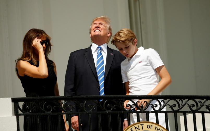 """ประธานาธิบดีโดนัลด์ ทรัมป์ แห่งสหรัฐฯ ออกมาชมสุริยุปราคาพร้อมกับภริยา """"เมลาเนีย"""" และบุตรชายคนเล็ก """"แบร์รอน ทรัมป์"""" เมื่อวันที่ 21 ส.ค."""