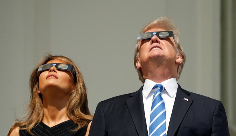 ผู้นำสหรัฐฯ และภริยาสวมแว่นกรองแสงชมสุริยุปราคาที่ทำเนียบขาว